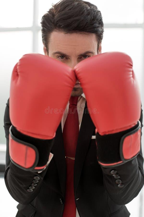 z bliska ufny biznesmen w Bokserskich rękawiczkach obrazy stock