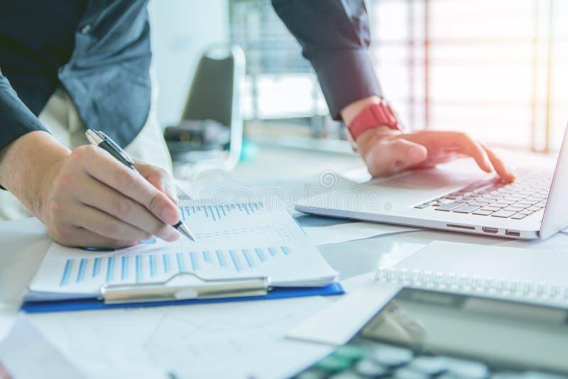 z bliska Wręcza biznesowego mienia pióra punkt dyskutować, planować i sporządzać mapę z laptopem na biurku spadek gospodarka i wz zdjęcie stock
