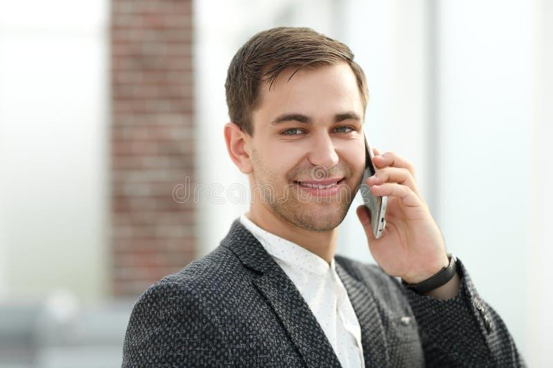 z bliska Wykonawczy biznesmen opowiada na telefonie komórkowym obraz stock