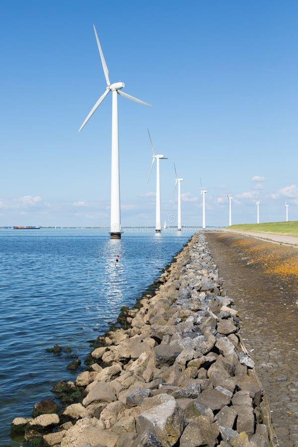 Z brzeg silnik wiatrowy w Holandiach zdjęcie stock