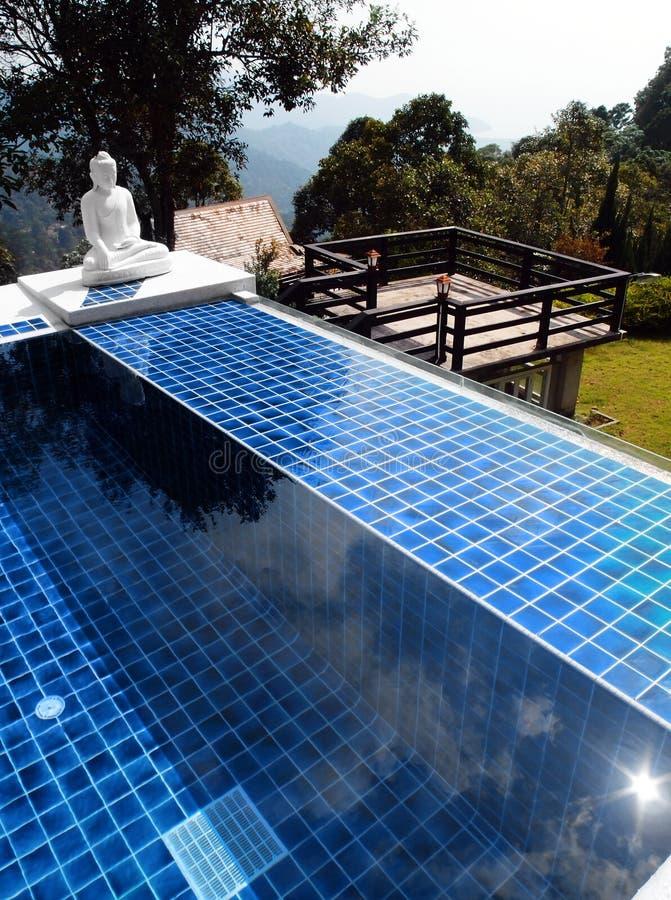 Z Buddha orientalną statuą pływacki basen obraz royalty free