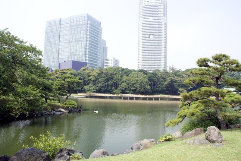 Z budynek biurowy Japończyka tradycyjny ogród zdjęcie royalty free