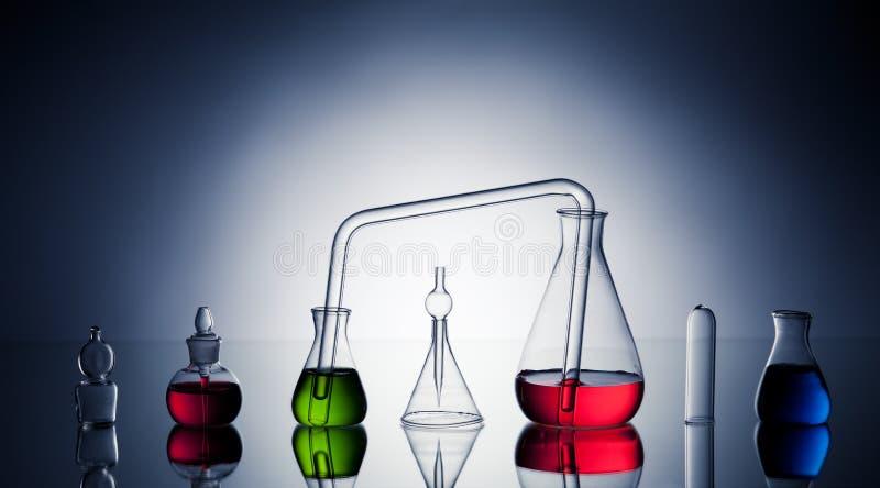 Z cieczami laborancki glassware zdjęcia royalty free