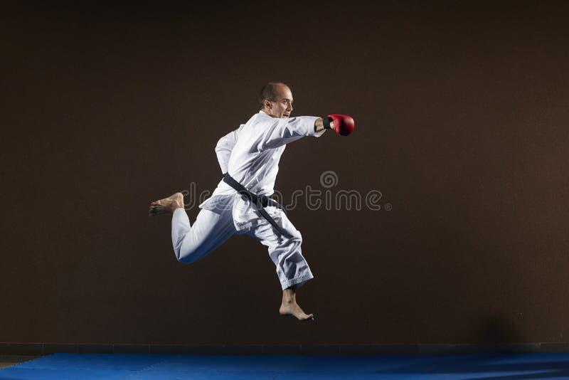 Z czerwonymi narzutami na rękach z ręką atleta rytmy zdjęcie stock
