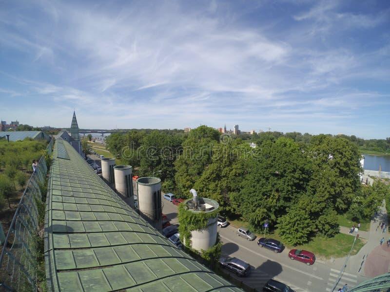 Z dachowym widokiem rzeka i droga na Pogodnym letnim dniu drzewa w zieleni za miastem, zdjęcie stock