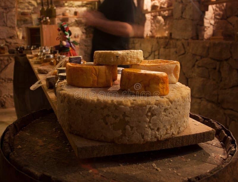 A-z dei formaggi in un processo di fermentazione del celler per a Messico City fotografie stock libere da diritti