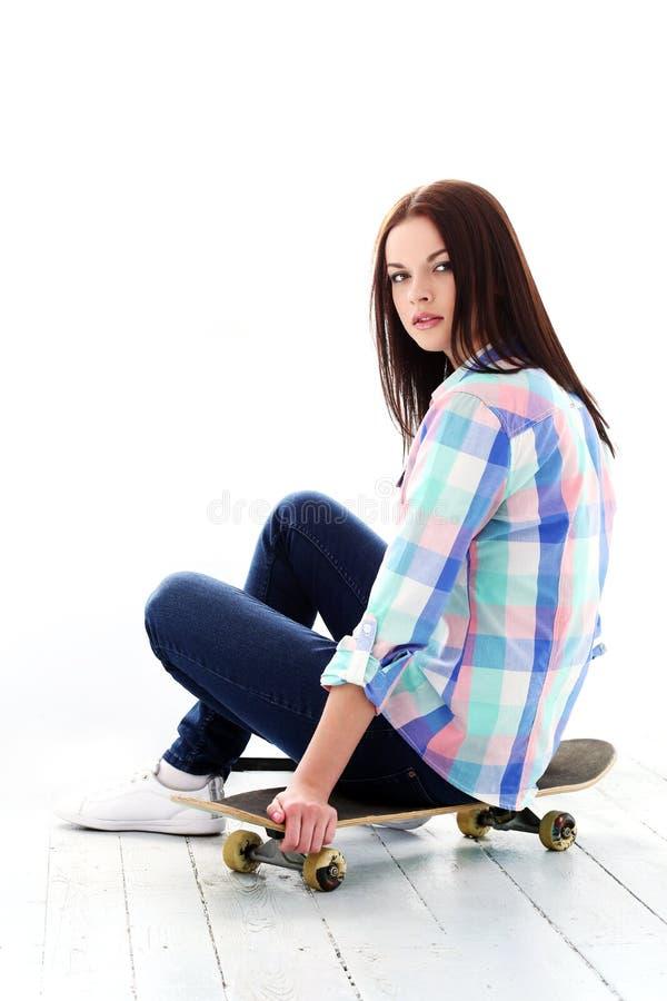 Download Z Deskorolka Pi?kna Dziewczyna Zdjęcie Stock - Obraz złożonej z wspaniały, dama: 41954994