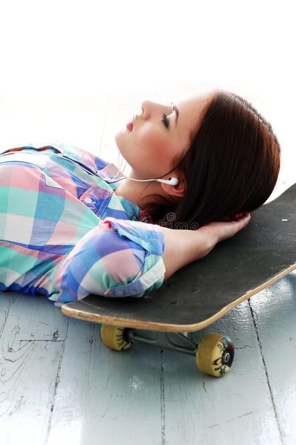 Download Z Deskorolka Pi?kna Dziewczyna Obraz Stock - Obraz złożonej z atrakcyjny, oczy: 41955065