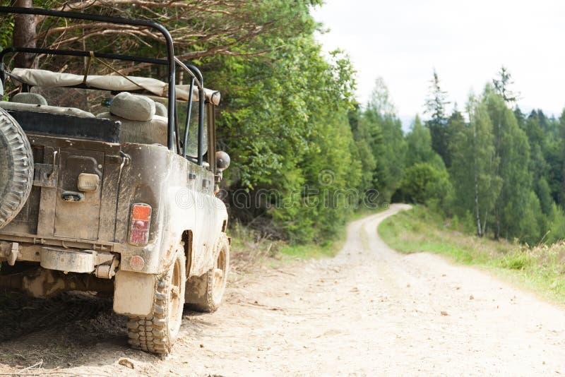 Z drogowej 4x4 przygody, d?ip na halnej drodze gruntowej Odbitkowa przestrze? dla teksta zdjęcie royalty free