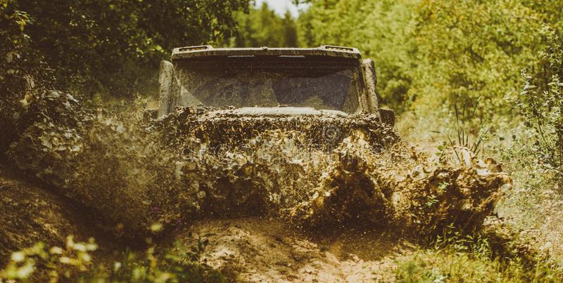 Z drogowej sport ciężarówki między góra krajobrazem Offroad pojazd przychodzi z borowinowego dziury zagrożenia Włóczydło bieżnego obraz stock