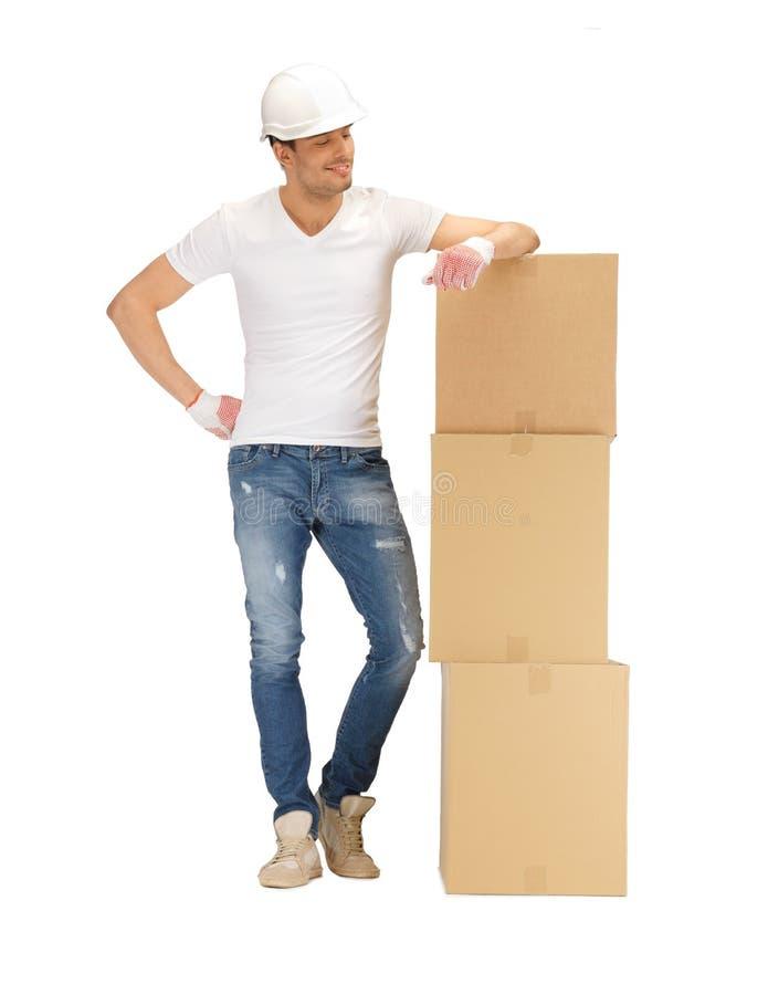 Z duży pudełkami przystojny budowniczy zdjęcia stock