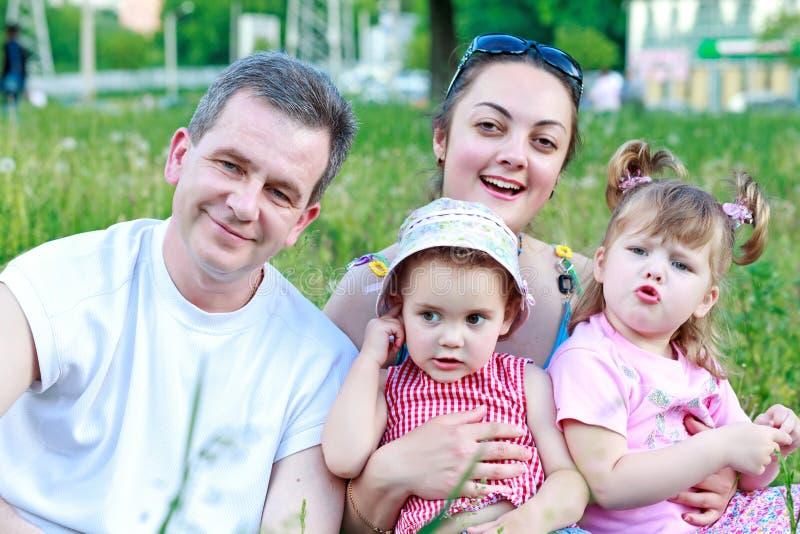 Z dwa córkami szczęśliwa rodzina szczęśliwy obrazy stock