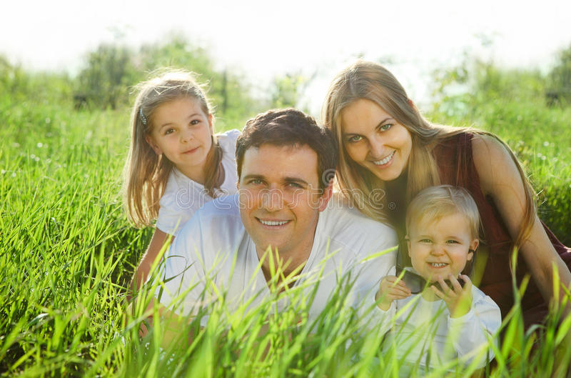 Z dziećmi szczęśliwa młoda rodzina zdjęcia royalty free