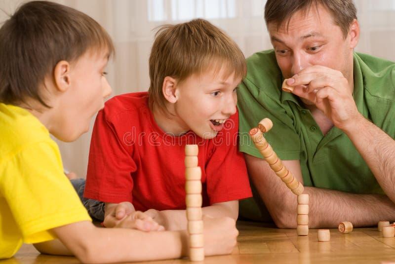 Z dziećmi szczęśliwy ojciec zdjęcie stock