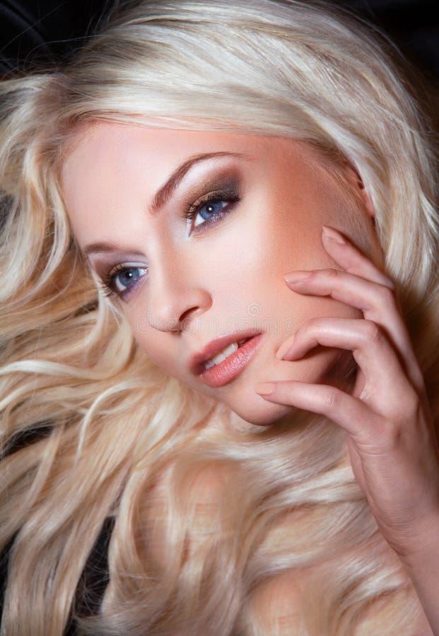 Z eleganckim makijażem młoda piękna blond kobieta zdjęcie stock