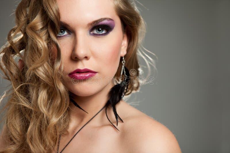 Z fiołkowym makijażem piękna młoda kobieta fotografia stock