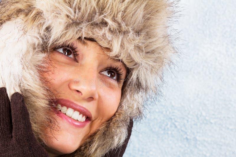 Z futerkowym kapeluszem piękna uśmiechnięta młoda kobieta obrazy stock