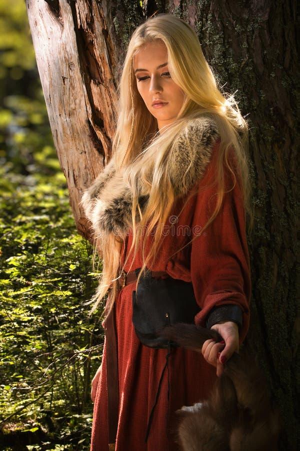 Z futerkowymi skórami skandynawska dziewczyna zdjęcie stock