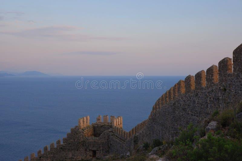z górami miasta alanya otwiera z pięknymi widokami morze śródziemnomorskie i antyczny forteca zmierzch, menchii chmury fotografia royalty free