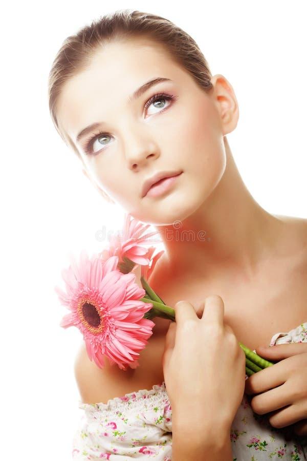 Z gerber kwiatami piękna młoda kobieta obraz royalty free