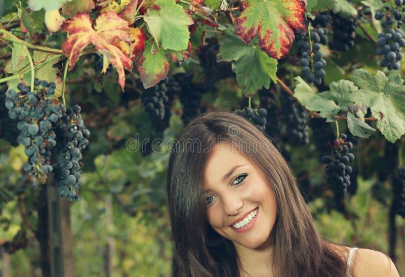 Z gronowymi liść uśmiechnięta dziewczyna fotografia royalty free