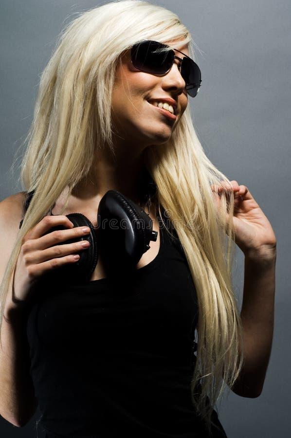 Z hełmofonami blondynki piękna młoda kobieta obraz stock