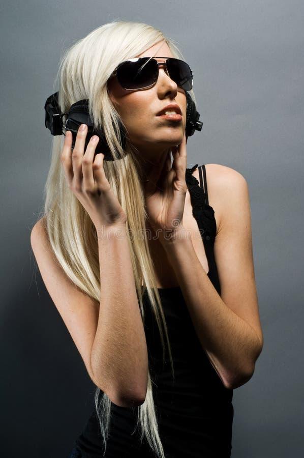 Z hełmofonami blondynki piękna młoda kobieta zdjęcie stock