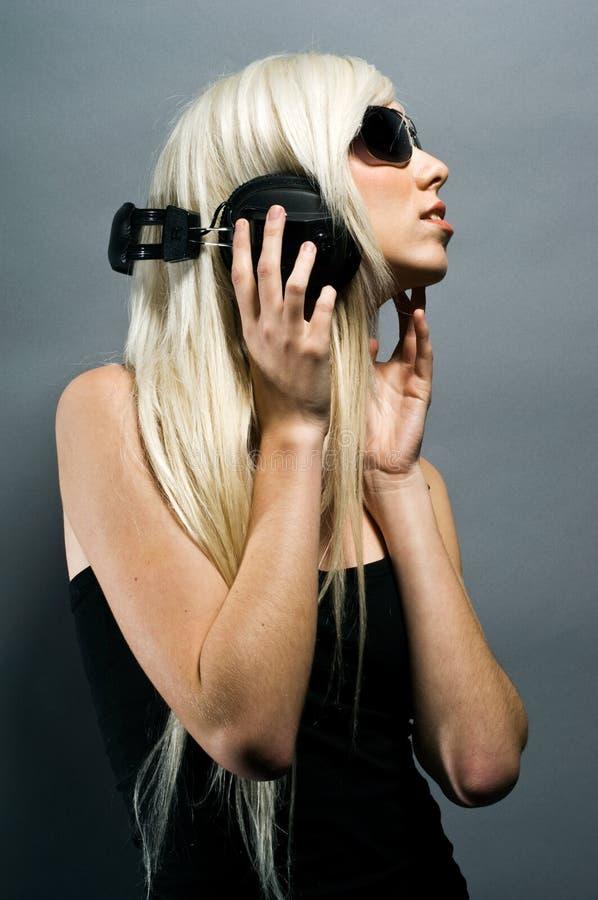 Z hełmofonami blondynki piękna młoda kobieta zdjęcia royalty free