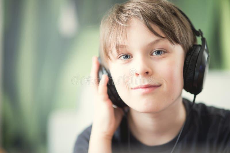 Z hełmofonami chłopiec zdjęcia stock