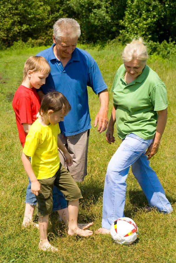 Z ich bawić się wnuków starszej osoby para zdjęcie royalty free