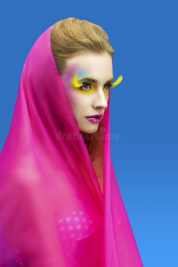 Z jaskrawy uzupełniającym piękna kobieta fotografia royalty free
