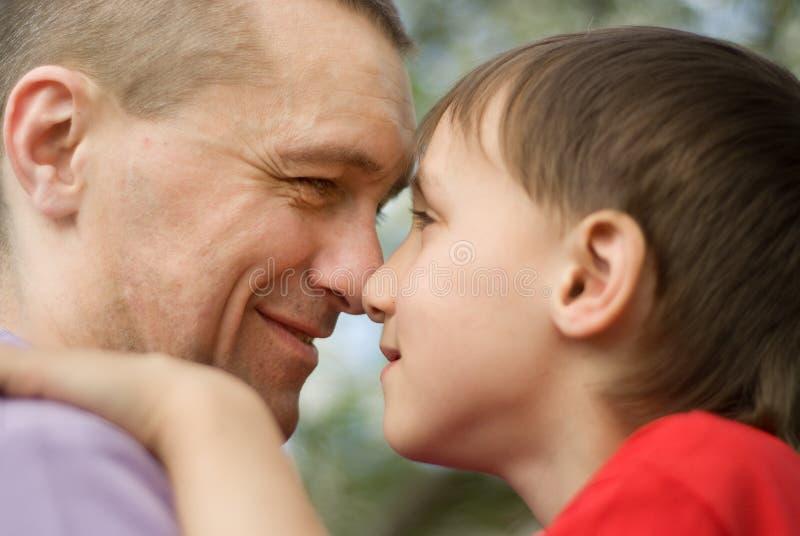 Z jego synem szczęśliwy ojciec obrazy royalty free