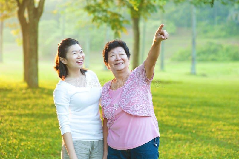 Z jej córką senior azjatycka matka zdjęcia royalty free