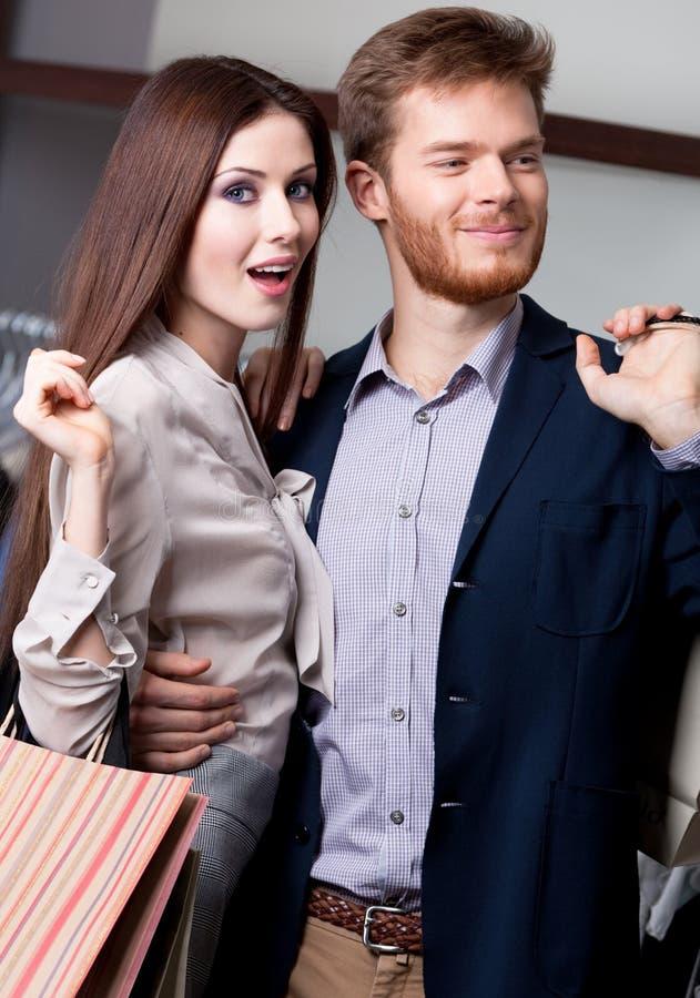 Z jej chłopakiem zastanawiająca się kobieta jest w sklepie fotografia royalty free