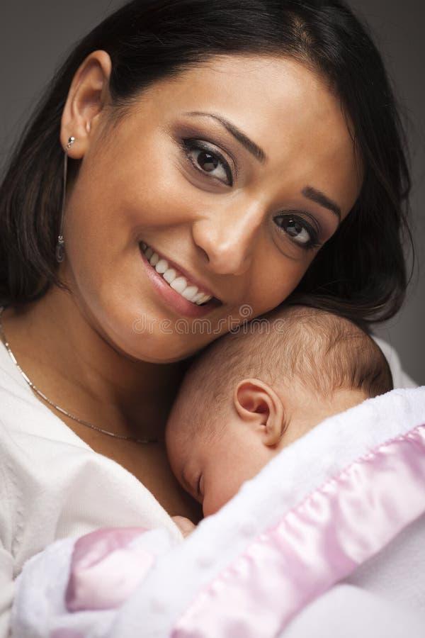 Z Jej Nowonarodzonym Dzieckiem atrakcyjna Etniczna Kobieta zdjęcie royalty free