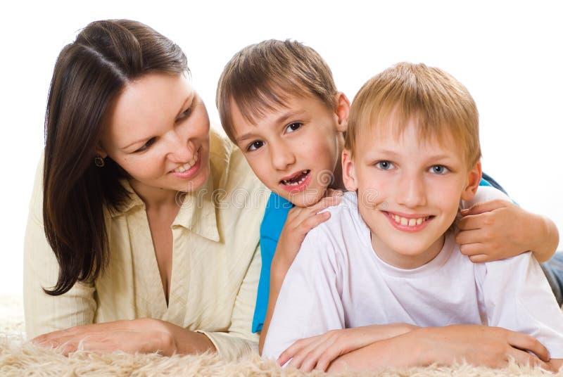Z jej synami szczęśliwa mama obrazy stock