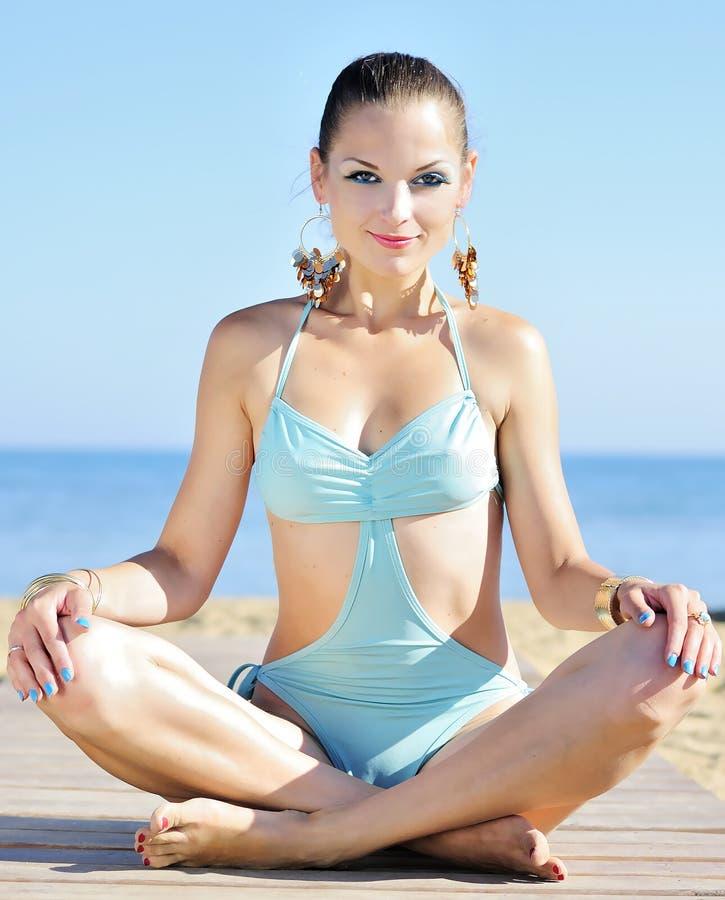 Z joga dziewczyna pełen wdzięku koncerny zdjęcie royalty free