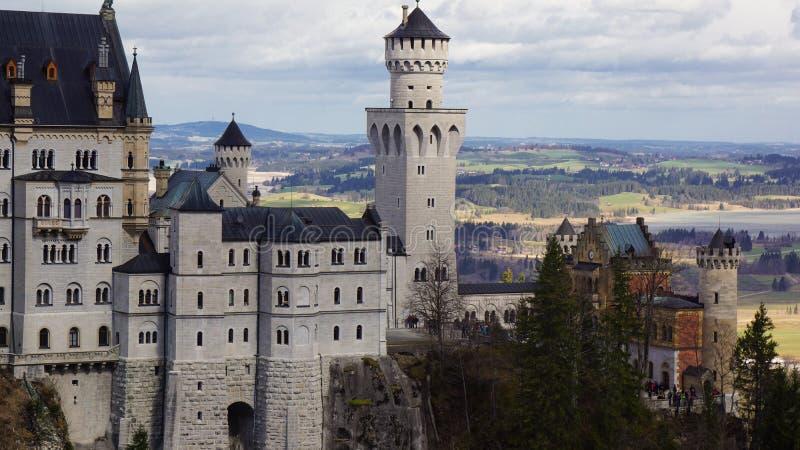 Z kasztelem na wzgórzu i dolinie na obrazy royalty free