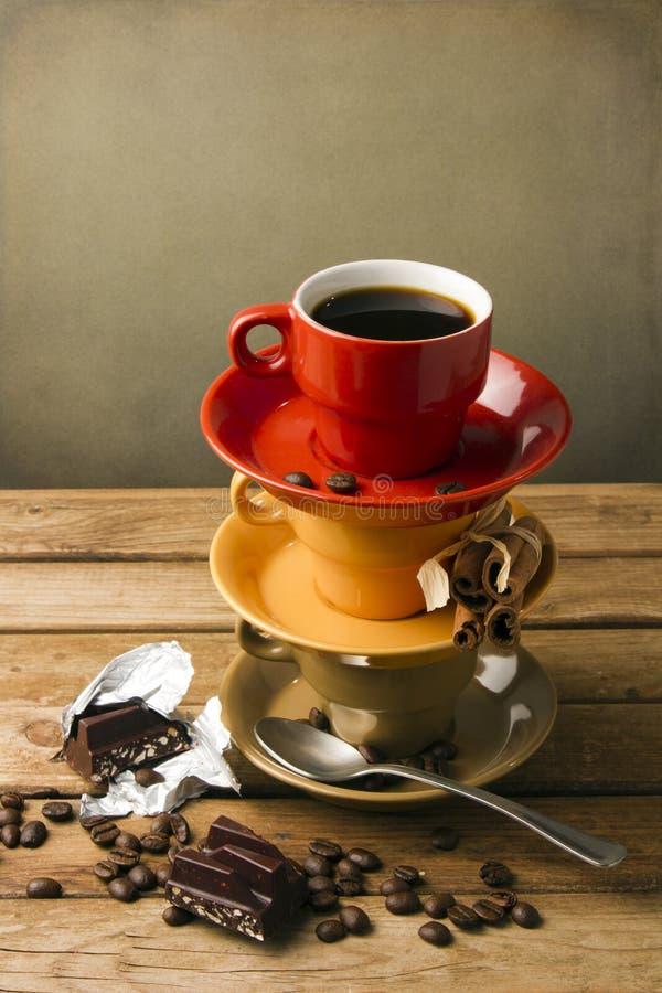 Z kawą kolorowe filiżanki zdjęcia royalty free