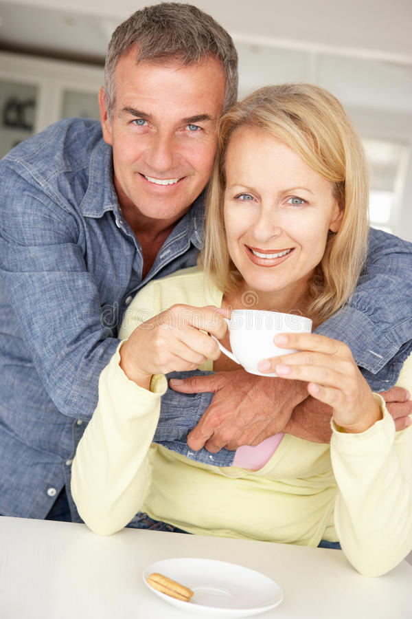 Z kawą w połowie pełnoletnia para w domu obrazy stock
