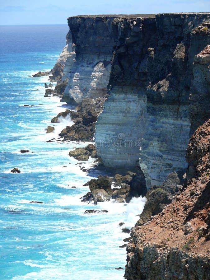 Z kipielą wysoki skalisty nadmorski. obrazy stock