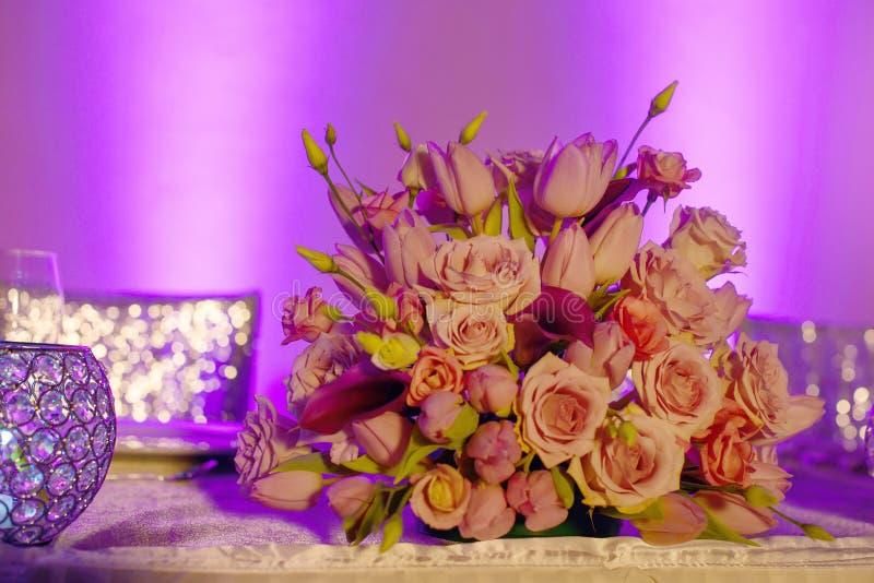 Z klasą kwiecisty przygotowania w pastelowych menchii odcieni bukiecie uwypukla różowe róże, tulipany i fuksji kalii leluje, fotografia stock