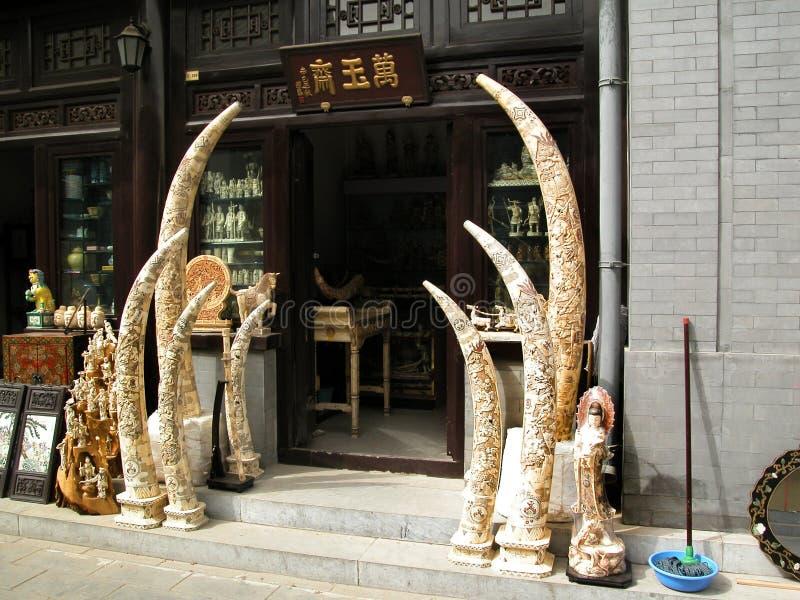 Z kości słoniowej kły rzeźbiący i dla sprzedaży w Pekin Porcelanowym Panjiayuan weekendu rynku zdjęcia stock
