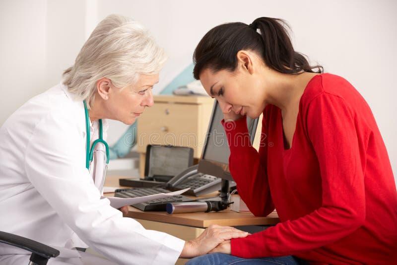 Z kobieta przygnębionym pacjentem Amerykanin lekarka obrazy royalty free