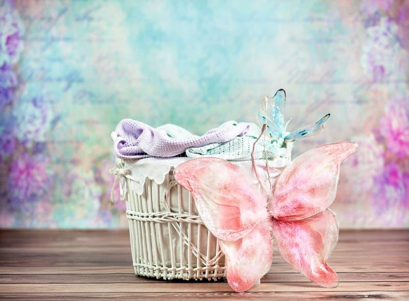 Z kolorowym tłem mały łozinowy kosz zdjęcie royalty free