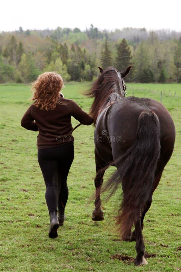 Z koniem kobieta bieg fotografia stock