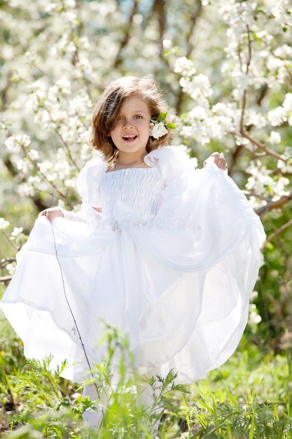 Z krzaka target16_0_ piękna mała dziewczynka, fotografia royalty free