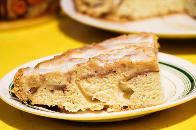 Z kwaśną śmietanką jabłczany kulebiak zdjęcie stock