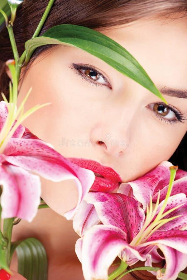 Z kwiatami ładna kobieta obraz royalty free