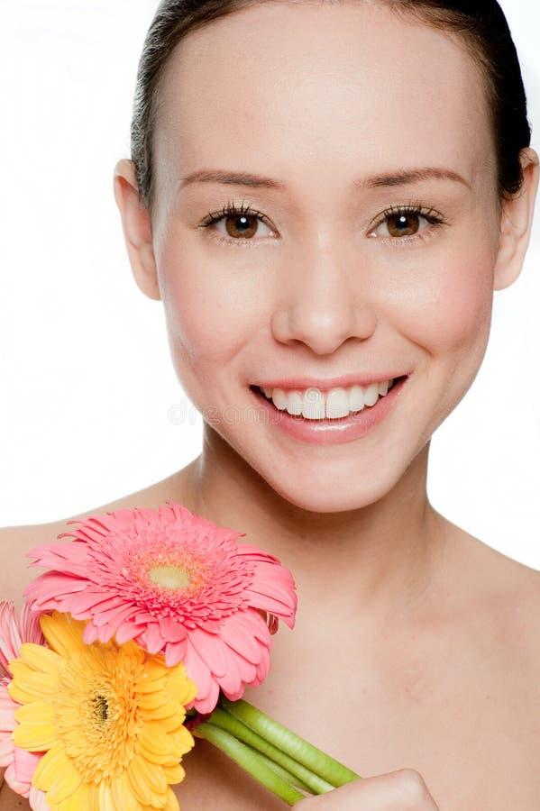 Z kwiatami młoda i atrakcyjna kobieta obraz stock